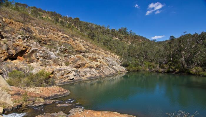 picture of a lake in the serpentine national park